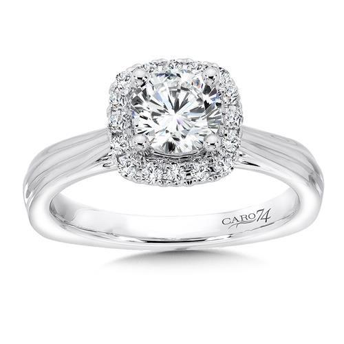 Con una forma cuadrada y un estilo contemporánea, así se presenta este anillo