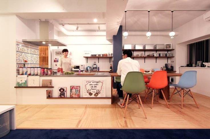 キッチンとダイニングテーブルをつなげたデザイン: nuリノベーションが手掛けたオリジナルキッチンです。