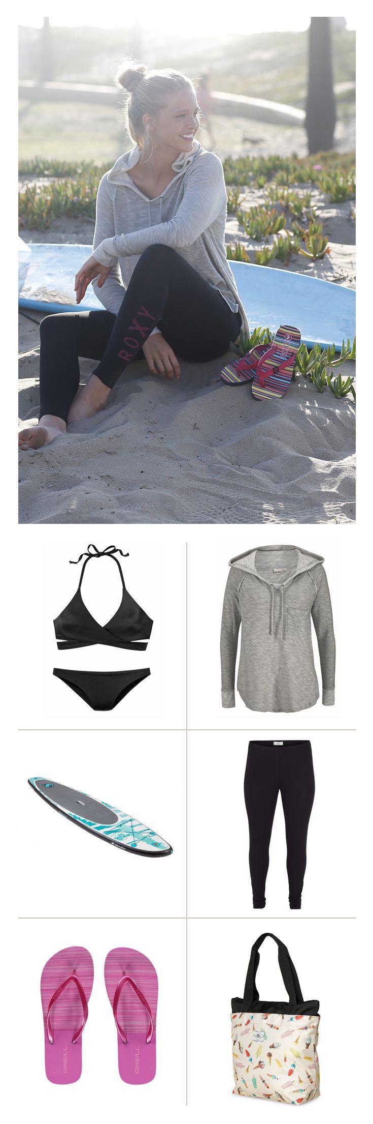 Der Triangel-Bikini mit sexy Wickeltop von Bench ist die perfekte Grundlage für einen sportlich-femininen Look. Die bequeme Leggins von Zizzi und das Roxy Sweatshirt machen in den kühlen Abend- und Morgenstunden eine gute Figur – und finden anschließend in der süßen Strandtasche von O'Neill Platz.