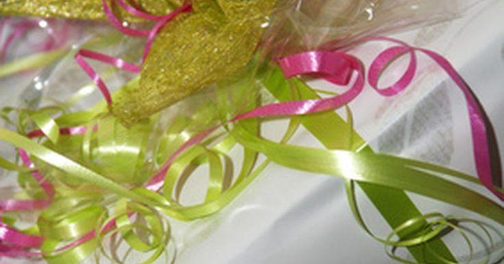 Ideas para envolver regalos para despedida de soltera. Las despedidas de soltera son celebraciones en honor a la futura esposa. Si quieres dar un obsequio especial, considera personalizar el empaque. Tu creatividad añadirá un toque novedoso al regalo al incluir el color favorito de la novia en el papel para envolver o al crear una cesta temática que resalte el destino de la luna de miel.