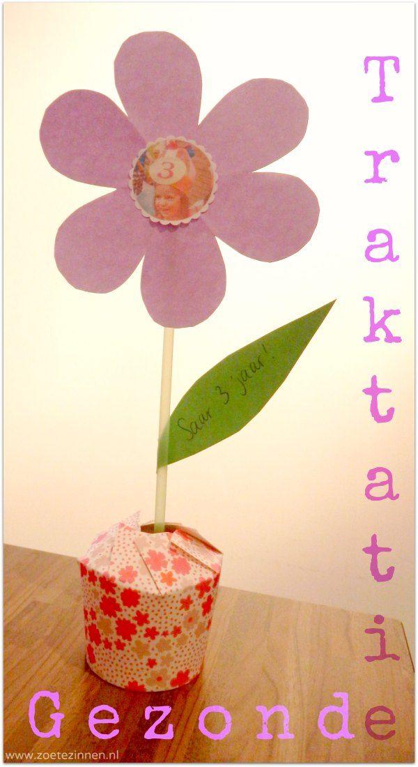 Deze gezonde traktatie is gemaakt van een kartonnen bekertje. Hier maak je een bloempotje van die je vult met lekkers. Een bloemetje er in en het is klaar!