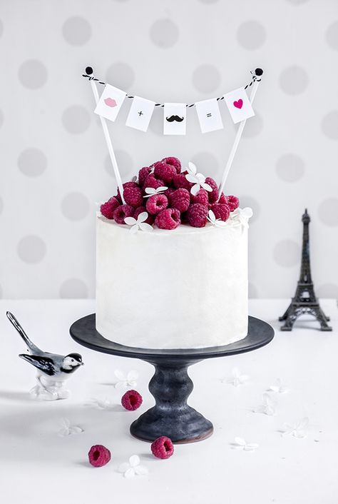 crème brûlée cake with raspberries, birthday cake, surprise, lovely idea with hanging cards, tolle idee für eine überraschung