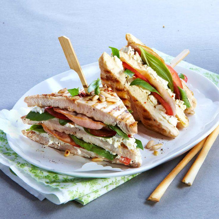 Voir la recette du club sandwich de poulet au bacon et basilic