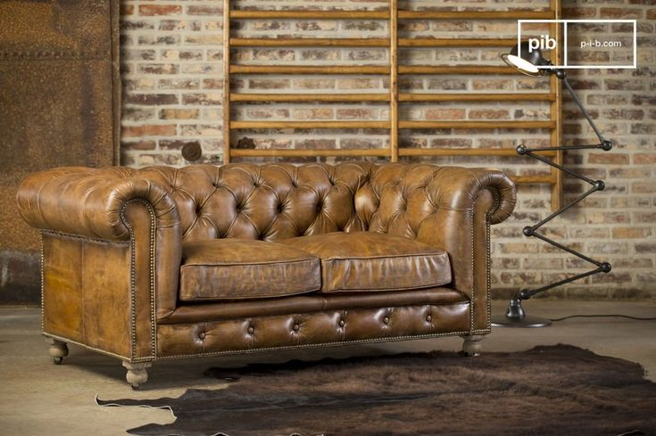 Il divano Chesterfield Saint Paul è caratterizzato da finiture impeccabili ed è uno dei migliori divani Chesterfield sul mercato. Inoltre questo divano è perfetto per due. La pelle è stata trattata per dargli un look invecchiato ed un irresistibile charm.