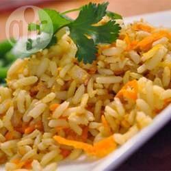 Ryż z marchwi orzeszkami imbirem i orzeszkami ziemnymi