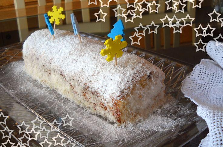 Tronchetto al cocco: plum cake al cocco con bagna di acqua e sciroppo di cocco, decorato da cocco rapè ed elementi natalizi in plastica