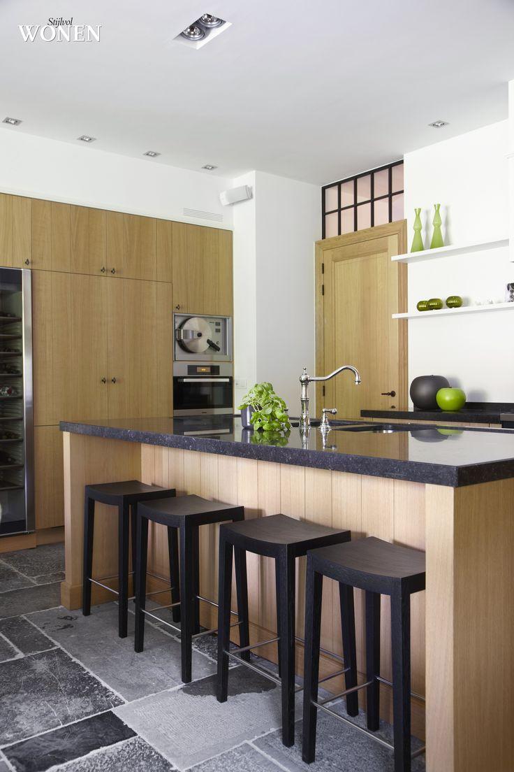 Stijlvol Wonen: het magazine voor warm-hedendaags wonen - ontwerp: Home Development Company - fotografie: Sarah Van Hove #blackwhite #keuken #eik #natuursteen #barstoel