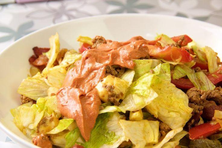 Dieser Big Mac Salat wird euch aus den Socken hauen. Hackfleisch, Käse, Bacon, Tomaten, Salat und eine absolut hammermäßige Soße!