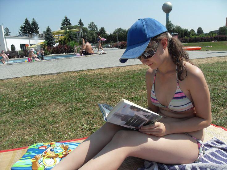 Další Adéla, ale úplně jiná! :) Tahle čte Polibek pro Annu v Zábřehu http://www.cooboo.cz/vydali-jsme/polibek-pro-annu