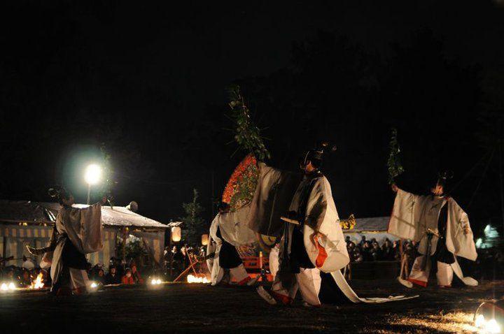 A group of dancers dressed in kariginu