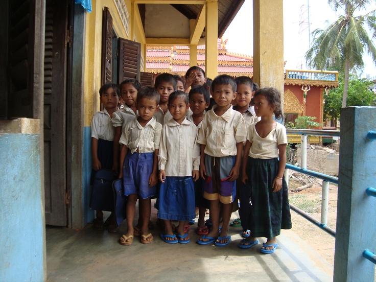 Kinder in ihrer Schuluniform