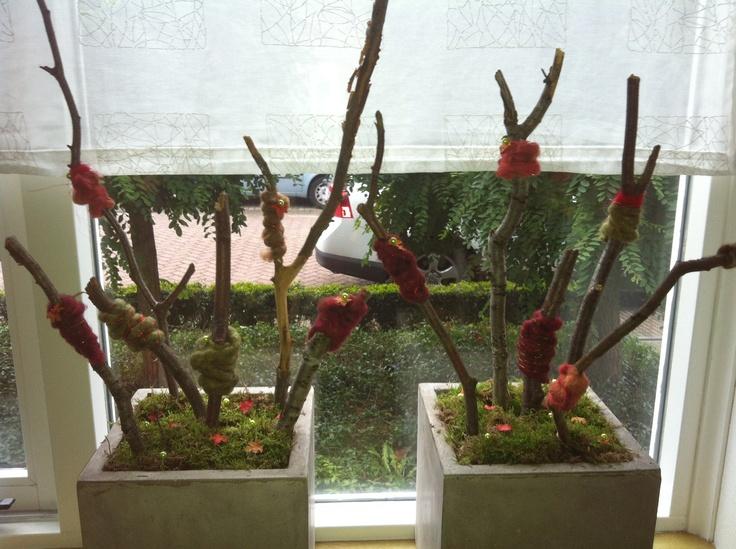 Herfststuk met takken , omwikkeld met schapentouw , parelspelden met kleine herfstblaadjes versierd op een bedje van bos !