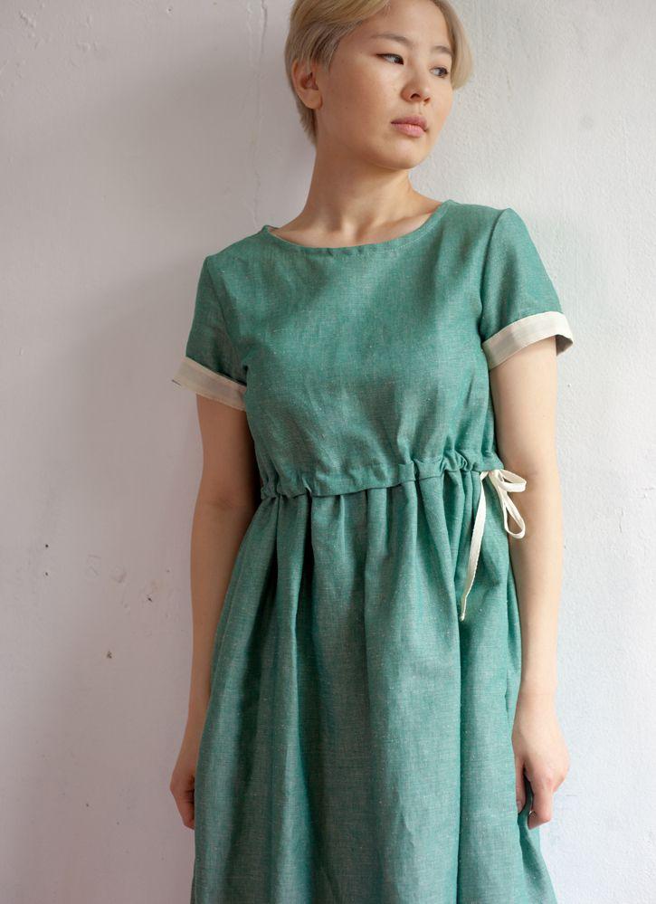 Изумрудное платье из льна с кулиской
