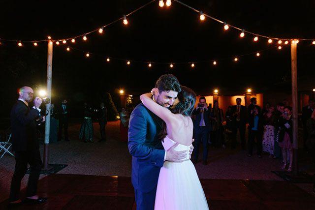 La pareja bailando. Luces. Boda romántica en Barcelona. Bride and groom. Lights. First dance. Romantic wedding in Barcelona. By Detallerie.