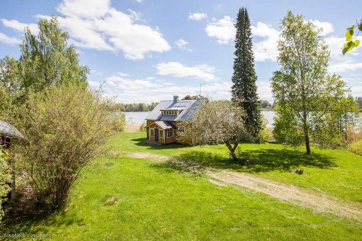 Kråkön kylässä, aurinkoisella 6250 m2 puutarhatontilla vuonna 1932 rakennettu hirsinen vapaa-ajan asunto. Mökissä tilat ovat kahdessa tasossa. Valoisista huoneista pääset nauttimaan merinäkymästä sekä