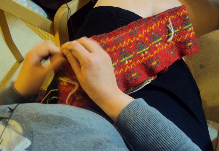Blog in Finnish about making a Korsnas sweater. Great photos. Perinnepaitaa kesyttämässä- Korsnäsin villapaidan tekemisestä   KÄSITYÖN BLOGEJA -sivusto. Kokemuksia Korsnäsin villapaidan neulomisesta ja virkkaamisesta