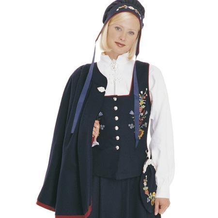 LOFOTBUNADEN  Den som starta arbeidet med å skaffe Lofotkvinnene en egen bunad var Arnolda Dahl, Storfjord i Vestvågøy. Hol husflidsnemd begynte allerede i 1940 å planlegge arbeidet for ei kvinnebunad i heimbygda.Ved gransking i Lofotbygdene, og ved gamle bilder viser tradisjonen i snittmønsteret å være 200 år gammelt. De gamle broderiene fra vårt distrikt var ikke tatt vare på eller oppbevart. Derfor ble Lofotens ville blomster bunadens broderier.  #bunad #lofoten #lofotbunaden