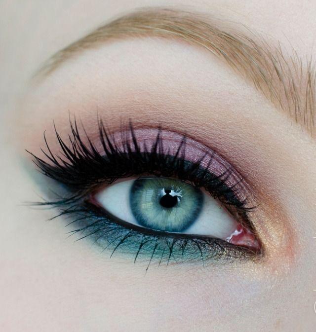 maquillage yeux bleus avec mascara et eye-liner noir