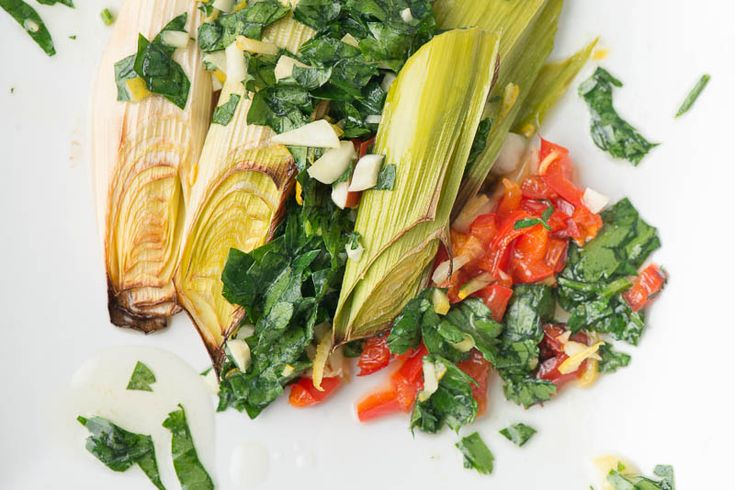 Ugnsbakad purjo - Purjo är en underbar grönsak som går att använda på tusen olika sätt. En enkel och riktigt god variant är att ugnsbaka purjolöken.  Använd den sedan som tillbehör eller som en egen liten mellanrätt. #recept #mat #vego #vegetarisk #grönsaker #purjolök