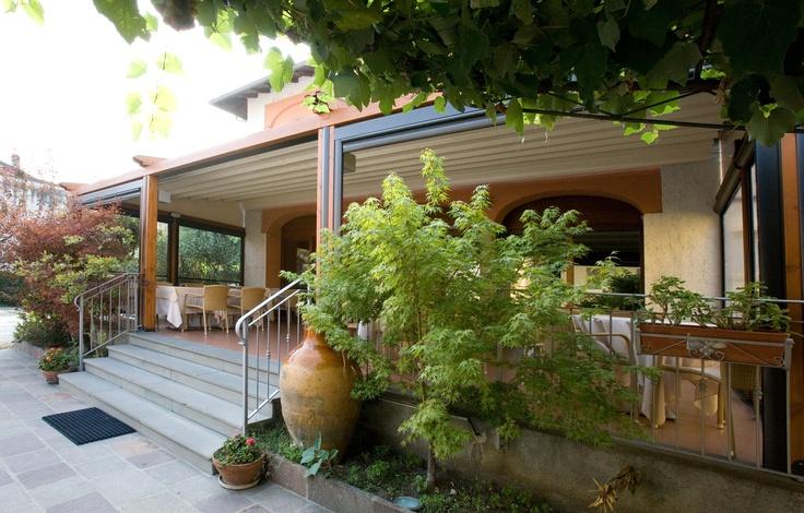 Pergole din lemn Med Elite pentru terase si terase restaurant. Pergole retractabile cu un design deosebit de elegant si functionalitate perfecta. Sistemul de colectare si deversare al apei inclus in pret. Calitate Gibus, pret excelent.