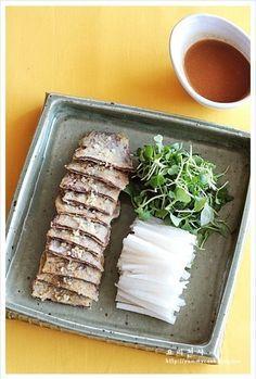 육전채, 육전 만드는법/ 설명절음식 채소와 함께 개운하게 먹는 육전채 입니다 식어도 냉채처럼 먹을 수 있어요 손님초대에도 좋은 간편요리랍니다 ㅎ 육전채 재료 소고기 전감(꾸릿살) 200g, 향신즙 2큰술, 소금.후추 약간씩, 달걀 2개, 찹쌀가루 약간, 식용유 쓰는대로, 다진 잣가루 약간,배 1/2개, 어린잎 채소 30g 겨자초장: 연겨자 1작은술,...