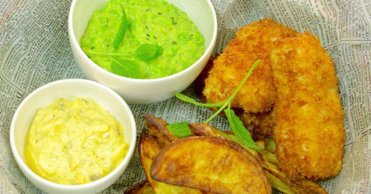 Brittisk streetfood. Friterad och panerad fisk och rostad potatis med läckert grön myntakryddad ärtröra och hemgjord remouladsås.