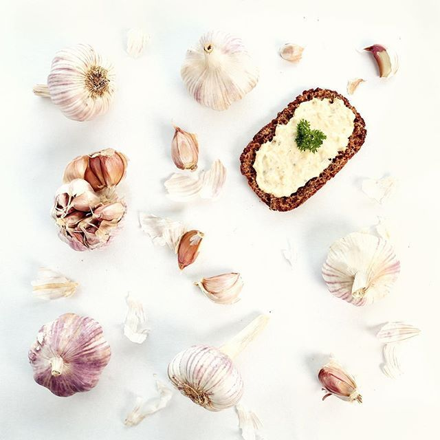 Torju syysflunssa valkosipulilla! Vaikka herkuttelemalla Kasvishovin valkosipulipikkelssillä  #valkosipuli #lähiruoka #kasvikset #kasvishovi #healthyfood #garlic #darkbread