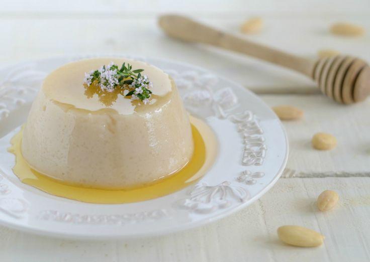 Il biancomangiare al latte di mandorla è un delizioso e leggero dessert al…