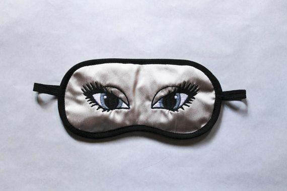 Masque de nuit masque de repos satin rose poudré brodé yeux de biche bleu gris molleton coton double épaisseur doublé satin noir élastique