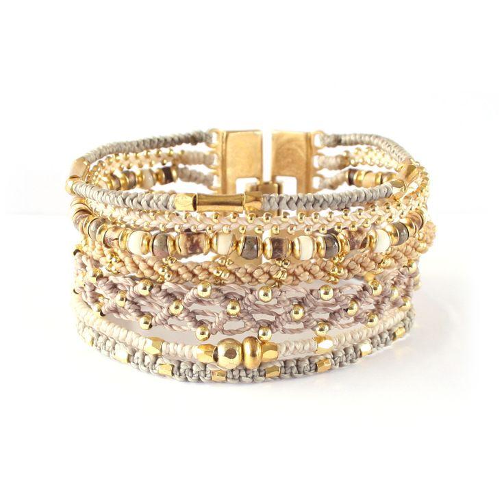 Ett #smycke till någon du älskar; ett sammansatt #armband i #guld och #beige. #Wakami All One Cuff
