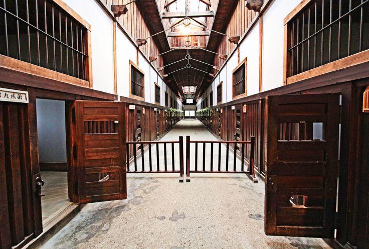 かつて「最果ての監獄」と呼ばれた刑務所「網走監獄」の跡は、現在国内唯一の、刑務所ミュージアム「博物館 網走監獄」となっています。主要建築物の舎房、教誨堂などに加え、明治時代から使われてきた器具や歴史物、監獄食まで。とても身近にリアルに刑務所を感じられるって、怖いけどちょっと面白そう。脱獄王にも会える?! 国内唯一の刑務所ミュージアム...