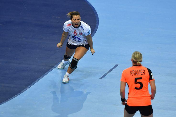<p>LYSTE OPP: Nora Mørk var i fyr og flamme i første omgang i EM-finalen mot Nederland. Her jubler hun for scoring for Norge.</p>