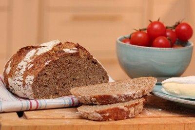 Eltefritt fullkornbrød Nydelig skorpe! Husk å strø formen med havregryn eller mel. Havregryn brenner mindre...