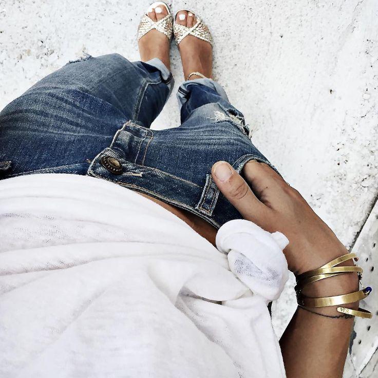 Noué sur le côté, le tee-shirt blanc gagne en sophistication nonchalante (instagram Audrey Lombard)