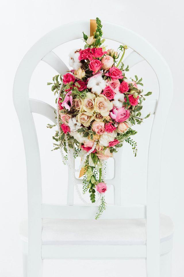INNA Studio_ flowers on a chair / colorful flowers on a white chair / kwiaty dekoracją krzesła / kolorowa ozdoba na krzesło / kwiaty na białym krześle / fot. Bajkowe Śluby