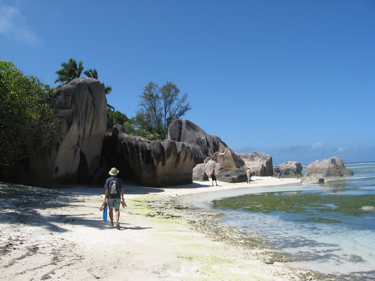 Anse Source d'Argent: de camino hacia una playa paradisiaca en las Seychelles, con su famosa arena blanca y rodeada de rocas imponentes.   Alquilar un coche en el aeropuerto de Mahé: http://www.reservasdecoches.com/es/alquiler-de-coches/Mahe-Island_Seychelles-Airport.html