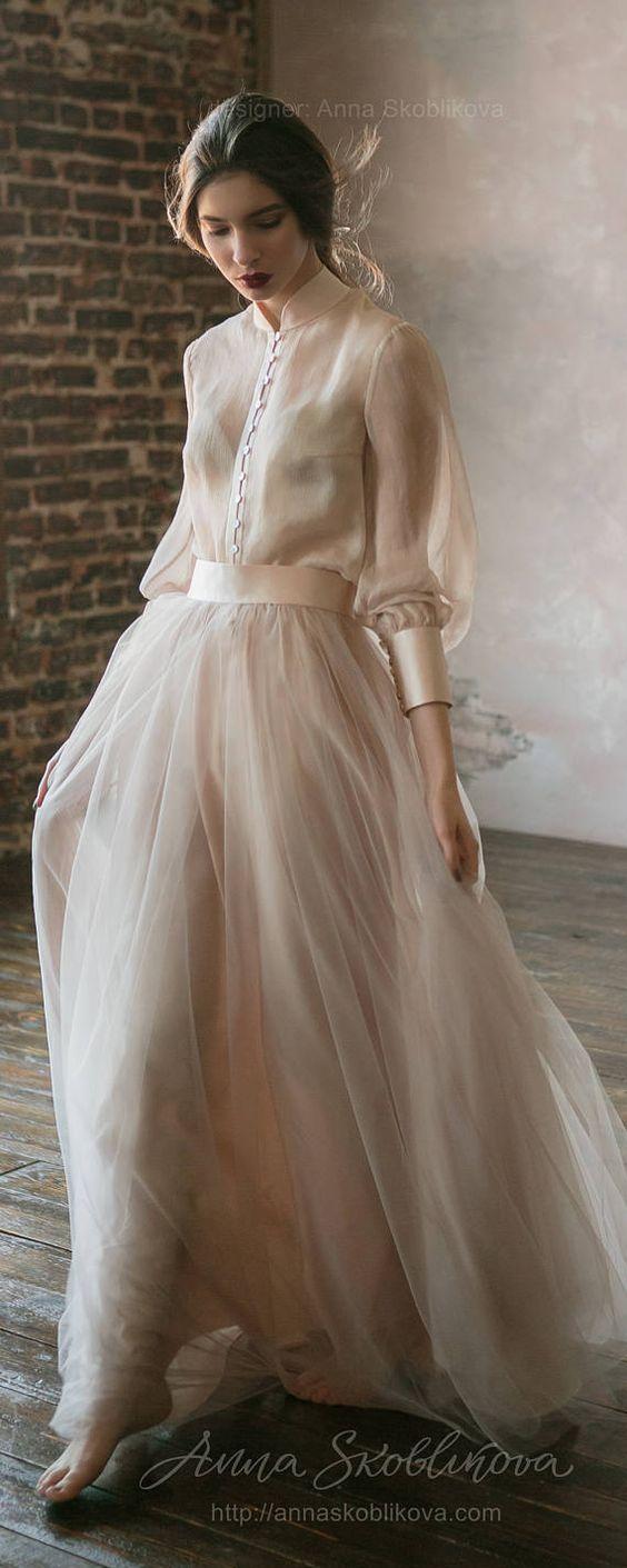 Questo abito da sposa è davvero particolare, una scelta top per le spose che vogliono stupire. Ampia gonna in chiffon e velo, maniche e cintura in raso, ed infine bottoni decorativi sul petto, ne fanno un abito sposa elegante, sobrio, ma anche romantico e raffinato. Bellissimo!