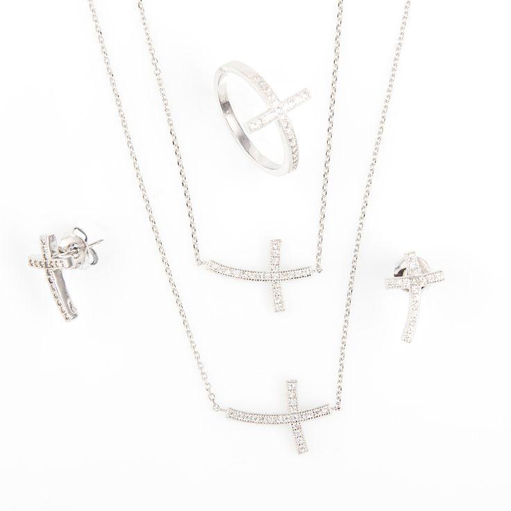 Juego Plata de Ley actual y de moda con la cruz en horizontal.  Materiales: Juego en Plata de Ley 925 y circonitas con acabado en Rodio Preparamos tus joyas para regalo gratis.