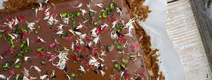 Disse brownies, som er både sukker- og glutenfri, smager virkelig godt – ikke mindst pga glasuren, som laves af chokolade og fløde. Normalt kommer vi ikke glasur på brownies, men du børikke …