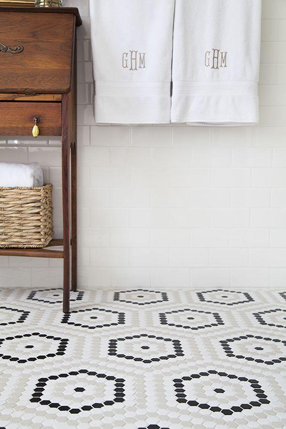 Un sol de salle de bain composé de petits hexagones formant de plus gros motifs hexagonaux.