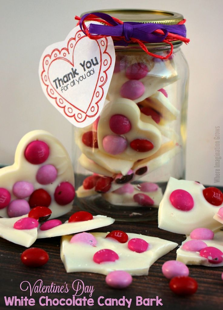 Easy Valentine's Day recipe kids can make! Simple M&M's®️️ Strawberry Bark Recipe for Daycare & Teacher Gifts! Easy last minute, no bake recipe! #SendSweetness #valentinesday