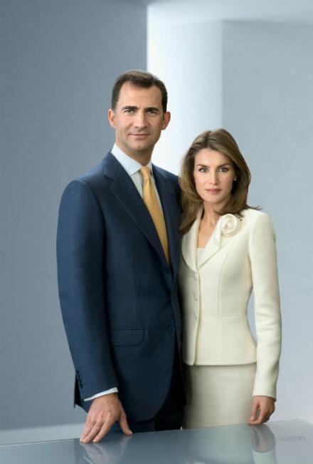 Felipe y Letizia ........ La Casa de Su Majestad el Rey de España anunció el 1 de noviembre de 2003 el compromiso matrimonial de la periodista con el príncipe Felipe de Borbón. Tal anuncio fue una auténtica sorpresa para la opinión pública y los medios de comunicación, ya que se desconocía que hubiese cualquier tipo de relación entre ambos.