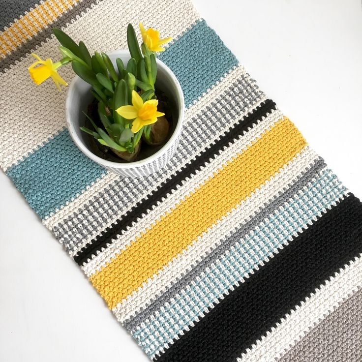 Make a lovely table runner for spring. This table runner is made using the crochet moss stitch (sc and ch). The moss stitch together with a thicker cotton yarn gives a great texture. I have used the yarn Reko Cotton from Järbo Garn for this project.