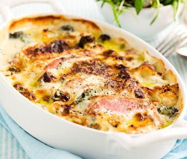 Recept på krämig och god kasslergratäng med ädelost. Gratängen gör du av kassler, broccoli eller blomkål, mjölk och ädelost. Gör en solrossallad av sockerärter, rädisor och solrosskott. Servera gratängen med salladen och ris eller bulgur.