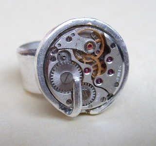 Orfebre chileno diseña joyas con restos de relojes y perlas recicladas