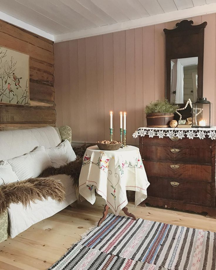 God jul fra den rosa stua vår. // GAMMELT her: Brodert duk, kommodeduk, ryer, sofa, lysestaker, speil, kommode, skoleplansje, rundt bord og detaljer. NYTT her: Lykt, trefat til julenøttene, perlestjerne og saueskinn, puter og vattert teppe i sofaen. // #stue #jul