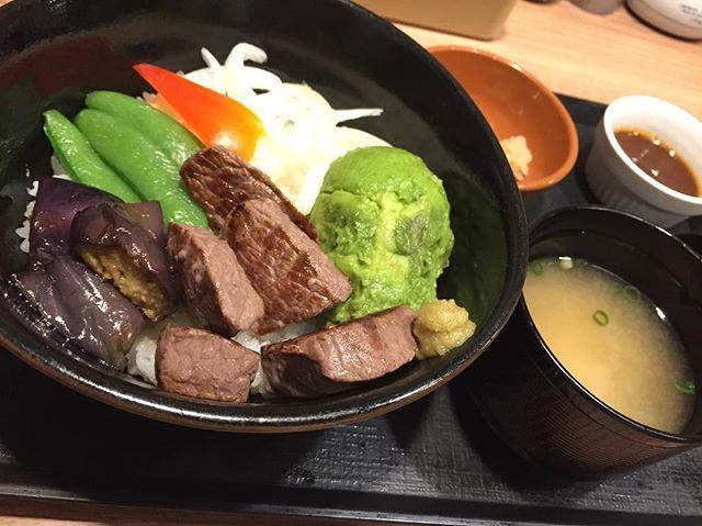 #東京#渋谷#スクランブル交差点前 #ガスト#イチボ#どんぶり#肉#かため#たまねぎ#生#激辛#残念  せっかく美味しい部位なのにお肉焼き過ぎでちょっと固め。 ミディアムレアが好きなのに…たまねぎも生で水に晒していないから滅茶苦茶辛い…残念。