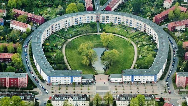 """Die Berliner Hufeisensiedlung in Britz ist eines der ersten Projekte des sozialen Wohnungsbaus und gilt als Ikone des modernen Städtebaus. Die zwischen 1925 und 1930 in mehreren Abschnitten gebaute """"Großsiedlung Britz"""" ist die prominenteste der sechs Berliner Welterbe-Siedlungen. Im Nicolai-Verlag ist nun ein neuer Architekturführer über das Bauprojekt erschienen."""
