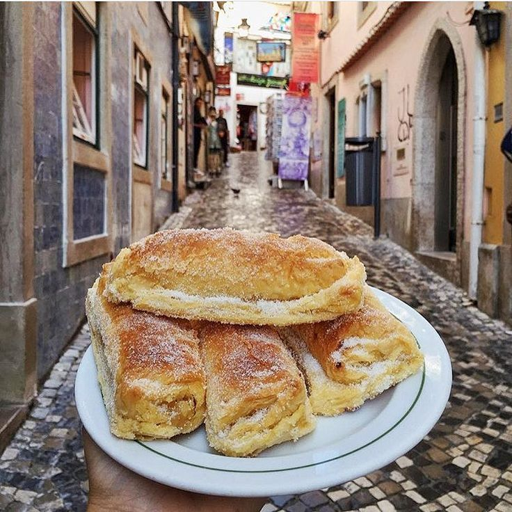 Travesseiros de Sintra at the famous Piriquita! Puff pastry with an egg, almond and sugar filling. Photo by @pketron