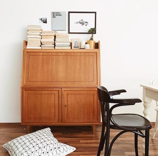 Unsere Bilderwand wächst. #vintage #Bilderwand #thonet #stuhl #sekretär #livingroom